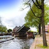 在阿姆斯特丹运河的游船  库存照片