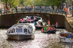 在阿姆斯特丹运河的繁忙运输  库存图片