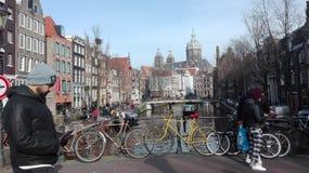 在阿姆斯特丹运河的自行车  免版税库存照片