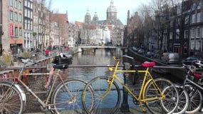 在阿姆斯特丹运河的自行车  免版税库存图片