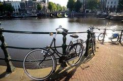 在阿姆斯特丹运河的风景Bycicle 免版税库存图片
