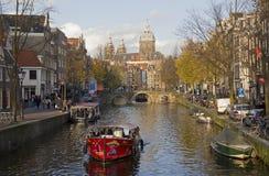 在阿姆斯特丹运河,荷兰的运河船 库存照片