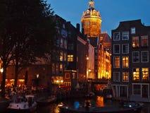 在阿姆斯特丹通道的夜间视图。 荷兰 库存照片