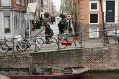 在阿姆斯特丹,荷兰街道上的自行车  库存图片
