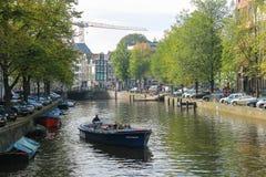 在阿姆斯特丹,荷兰运河的游船  库存照片