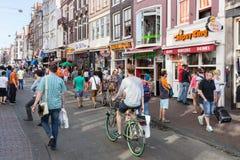 在阿姆斯特丹购物和寻找餐馆的游人 库存照片