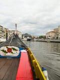在阿威罗,葡萄牙运河的一条小船  库存图片