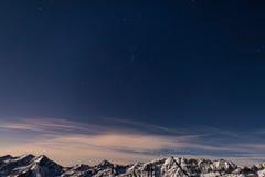 在阿尔卑斯上的满天星斗的天空在冬天,猎户星座星座 库存图片