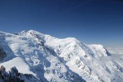 在阿尔卑斯之上蓝色冰川锐化天空 库存照片