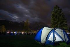 在阿尔卑斯前的帐篷在晚上 库存照片