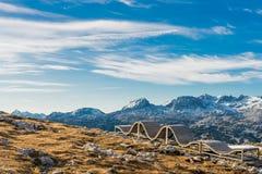 在阿尔卑斯山的偏僻的长凳 免版税库存照片