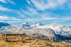 在阿尔卑斯山的偏僻的长凳 库存照片
