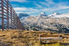 在阿尔卑斯山的偏僻的长凳 免版税库存图片
