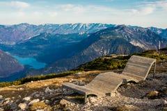 在阿尔卑斯山的偏僻的长凳 图库摄影
