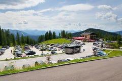 在阿尔卑斯山的停车场在Dachstein冰川Hunerkogel山缆车下降低驻地 免版税库存图片