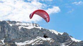 在阿尔卑斯山的滑翔伞,瑞士 图库摄影