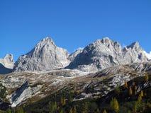 在阿尔卑斯山的秋天风景, Marmarole,岩石峰顶 免版税库存图片