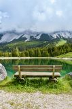 在阿尔卑斯山的Almsee湖-蒂罗尔,奥地利附近换下场 免版税库存照片