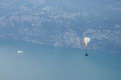 在阿尔卑斯山风景- Monte Baldo前面的滑翔伞 图库摄影