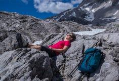 在阿尔卑斯放松 免版税库存照片