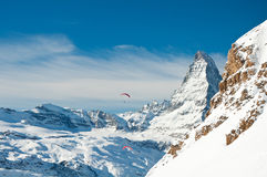 在阿尔卑斯的冬天滑翔伞 免版税库存图片