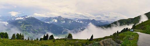 在阿尔卑斯的奥地利阿尔卑斯全景外型从Zillertaler路 免版税库存图片