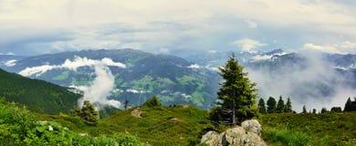在阿尔卑斯的奥地利阿尔卑斯全景外型从Zillertaler路 免版税图库摄影