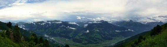 在阿尔卑斯的奥地利阿尔卑斯全景外型从Zillertaler路 免版税库存照片