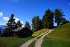在阿尔卑斯的木客舱白云岩山的 免版税库存照片