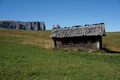在阿尔卑斯的田园诗看法与木客舱/alp de siusi/Val加迪纳/南部蒂罗尔的白云岩的 库存照片