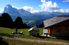 在阿尔卑斯的田园诗看法与木客舱/Val加迪纳/南部蒂罗尔的白云岩的 免版税库存图片