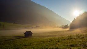 在阿尔卑斯的秋天日出有湿气的在天空中 免版税库存照片