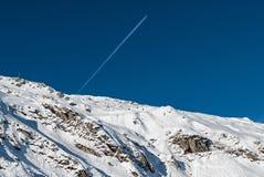 在阿尔卑斯的飞行 免版税库存照片