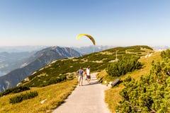 在阿尔卑斯的滑翔伞, Dachstein山,奥地利 免版税图库摄影