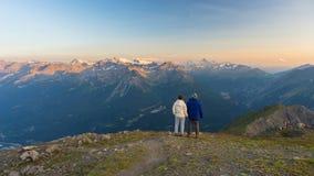 在阿尔卑斯结合观看的全景上流  免版税库存照片