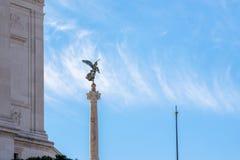 在阿尔塔雷della帕特里亚,威尼斯广场,罗马意大利前面的飞过的妇女雕象 库存照片