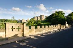 在阿尔尼克城堡的狮子桥梁 库存照片