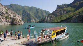 在阿尔巴尼亚运送库曼着陆湖的Komani 免版税图库摄影