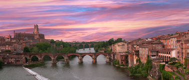 在阿尔比大教堂和老桥梁的桃红色和蓝天 免版税库存照片