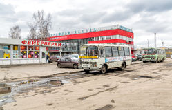 在阿尔汉格尔斯克州中央火车站中止的公开公共汽车  库存图片