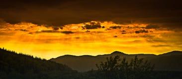 在阿尔泰山的美丽如画的日落, Ridder,哈萨克斯坦 图库摄影