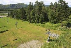 在阿尔泰山的滑雪电缆车 库存图片