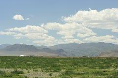 在阿尔泰的干草原和山的中蒙古yurts 库存图片