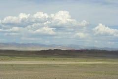 在阿尔泰的干草原和山的蒙古路 免版税库存图片