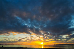 在阿尔盖罗岸的黑暗的云彩在日落 图库摄影