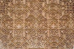在阿尔罕布拉宫,格拉纳达,西班牙围住与阿拉伯装饰品的细节 免版税图库摄影