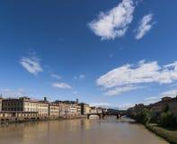 在阿尔诺河的夏天天空在佛罗伦萨 免版税库存图片