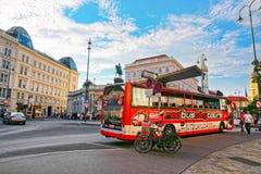 在阿尔贝蒂娜博物馆博物馆的游览公共汽车Albertinaplatz的维也纳 免版税图库摄影