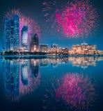 在阿布扎比地平线上的美丽的烟花在晚上,阿拉伯联合酋长国 免版税库存图片