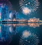 在阿布扎比地平线上的美丽的烟花在晚上,阿拉伯联合酋长国 库存图片